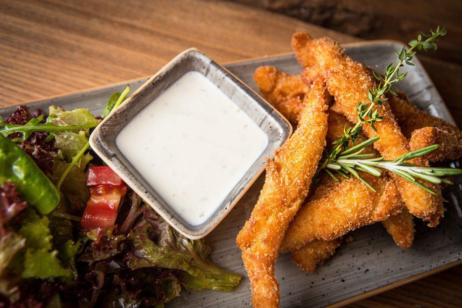 Хрупкави пилешки филенца с млечен сос и микс от свежи салатки