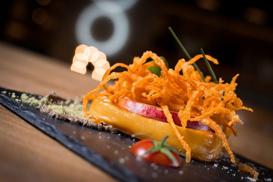 Скаморца на плоча с чипс от моркови и пастет от гъби и билкови трохи