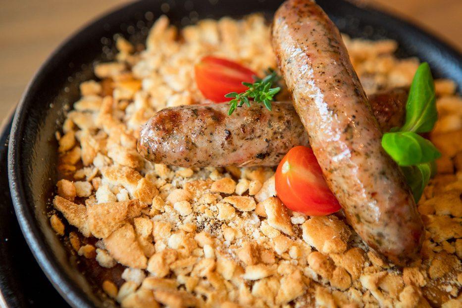 Френско Касуле с пъстър боб в ароматен сос, маслен крекер и наденички
